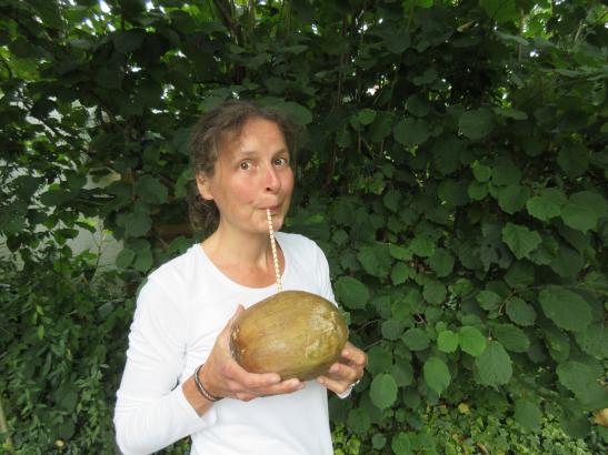 Ellen Bickel trinkt Kokosnuss
