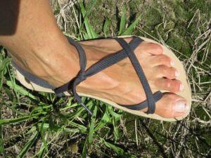 breitere Schnüre an Sandalen